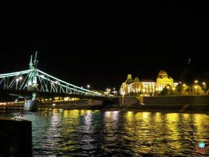 passeio de barco noturno