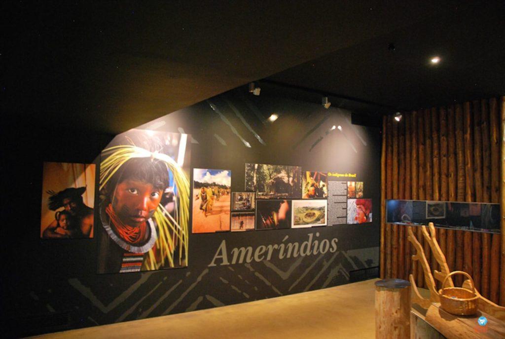 Índios brasileiros no Museu dos Descobrimentos em Belmonte, Portugal