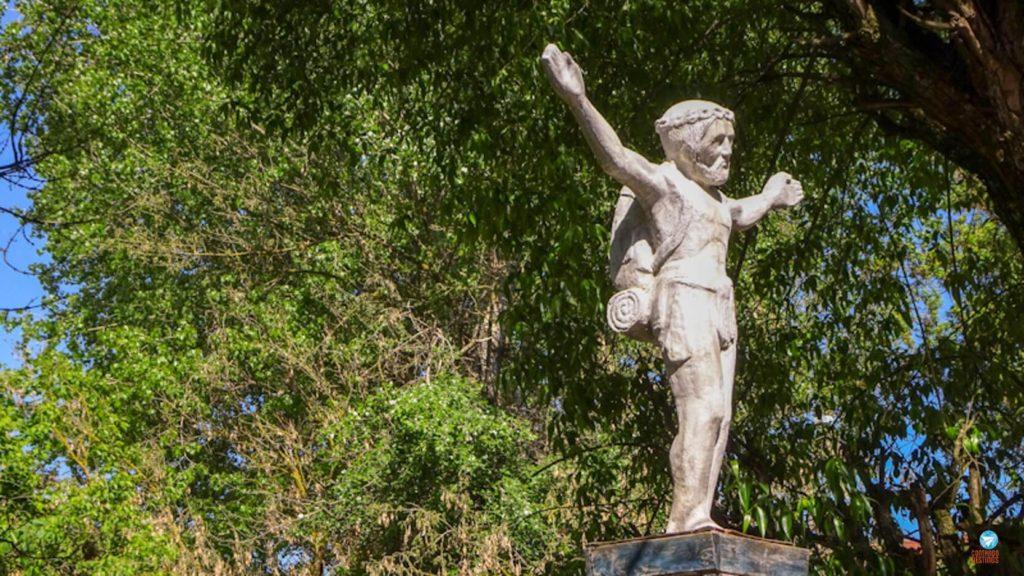 Estátua Jesus Mochileiro em Uzupis, Vilnius